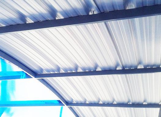 Lámina de PVC dispuesta en estructura metálica