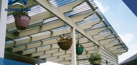 Una lámina para techo puede estar hecha de diferentes materiales. Los principales de ellos son el acrílico, poliéster y el policarbonato.